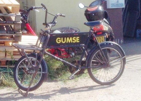 """Når man har navngivet sin cykel, er ens færden kendt i hele lokalområdet. Her er eksempelvis Gumse på besøg i """"Netcafeen"""" på Hundested Havn."""
