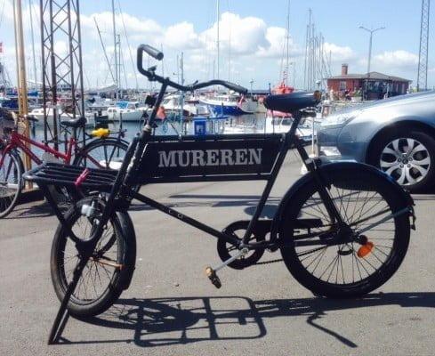 Mureren slog lige et smut ned om Hundested Havn og blev naturligvis stoppet  af Dovnekunsts fotograf der også var på havnebesøg...