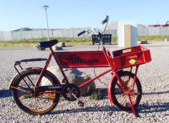 Ingen er i tvivl om hvornår Hr. Pedersen er på besøg på Hundested Havn. Bemærk cyklens farve der er tilpasset den traditionelle plastkasse....!