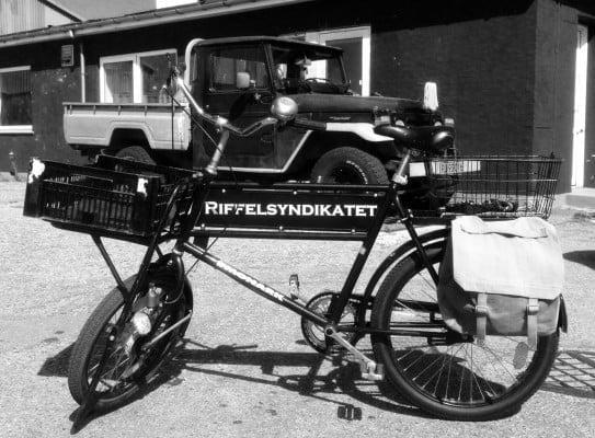 """Det delvis Mærsk-ejede """"Riffelsyndikataet""""  (DISA) blev under krigen udsat for sabotage den 10. maj 1943. Men da produktionen kort efter blev genoptaget, blev fabrikken sprængt i luften igen den 22. juni 1944. Denne gang anvendte de danske modstandsfolk 400 kg sprængstof, hvilket resulterede i den største sabotageaktion under krigen på dansk grund. Fabrikkens hovedprodukt var de luftkølede rekylrepeterende Madsen maskingeværer. Se mere her! Hvad cyklen på Hundested Havn har med """"Syndikatet"""" at gøre står hen i det uvisse....?"""