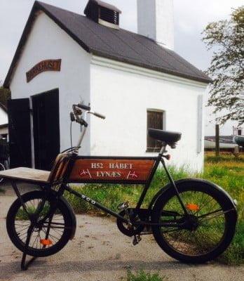 Formanden for Lynæs fiskeriforening havde indtil for nylig  to både. Og hvad gjorde han så, da han kun havde en cykel? Han(s) satte naturligvis forskellige bådnavne på henholdsvis cyklens styrbord og bagbords side.