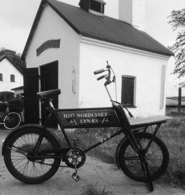 Formandens cykel parkeret foran Barkhuset, der er et yndet mødested for Lynæs' aktive og pensionerede fiskere.